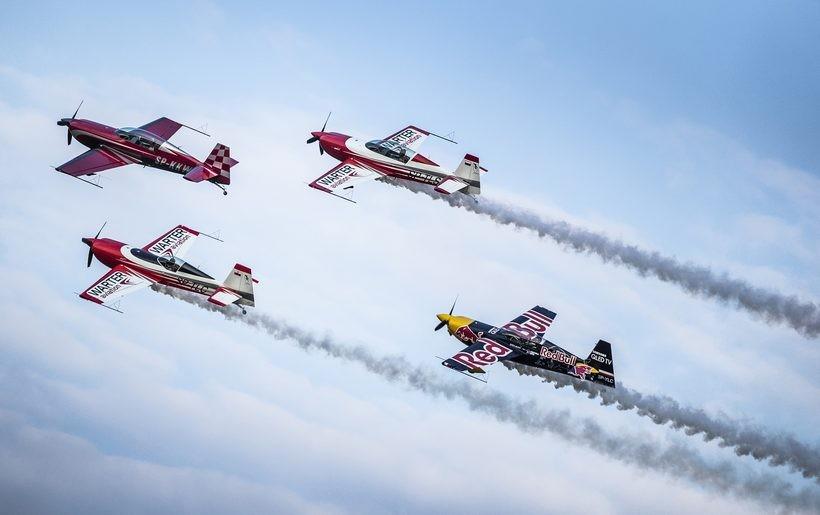 Zabytkowe samoloty i zapierające dech lotnicze akrobacje. Największy Air Show całkiem niedaleko nas!