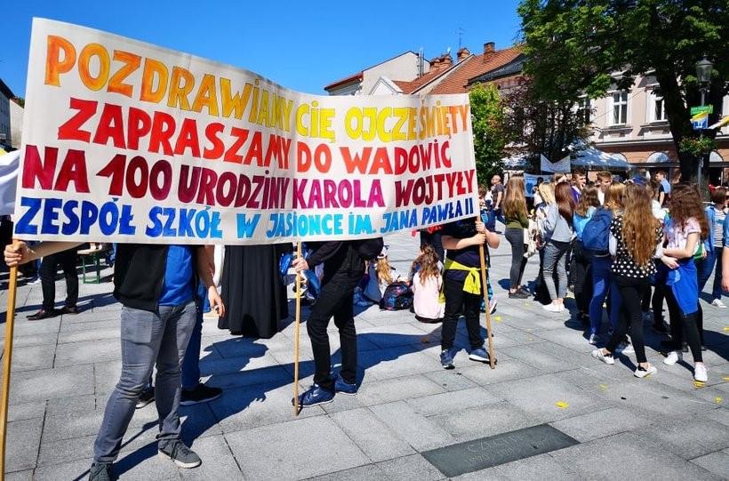 Uczniowie z papieskich szkół w Polsce zorganizowali akcję zapraszania papieża Franciszka do Wadowic