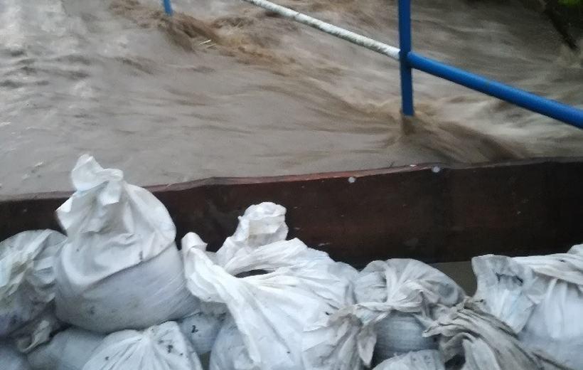 Pogotowie powodziowe w całym powiecie, jest decyzja starosty. Skawa znowu rośnie