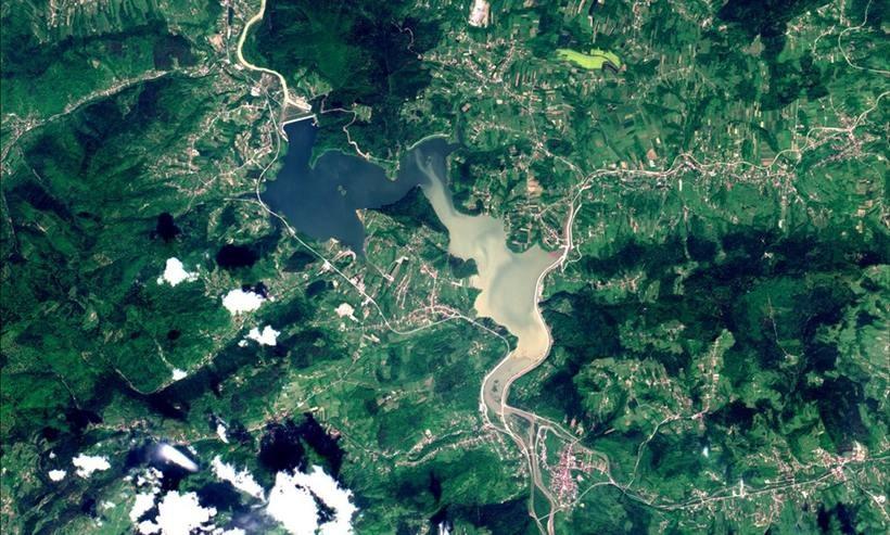 Brudna woda wpływa do Jeziora Mucharskiego
