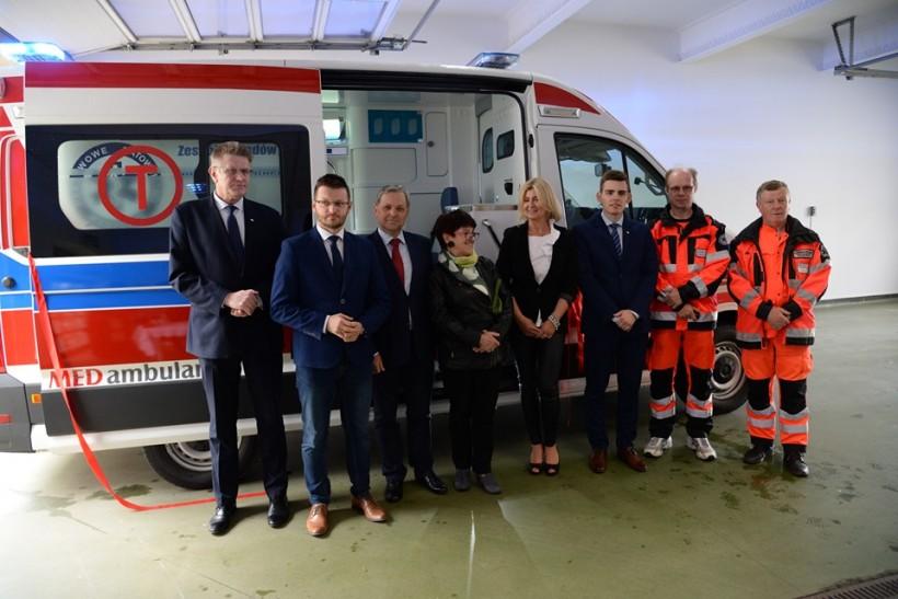 Przekazanie nowej karteki pogotowia szpitalowi i ratownikom