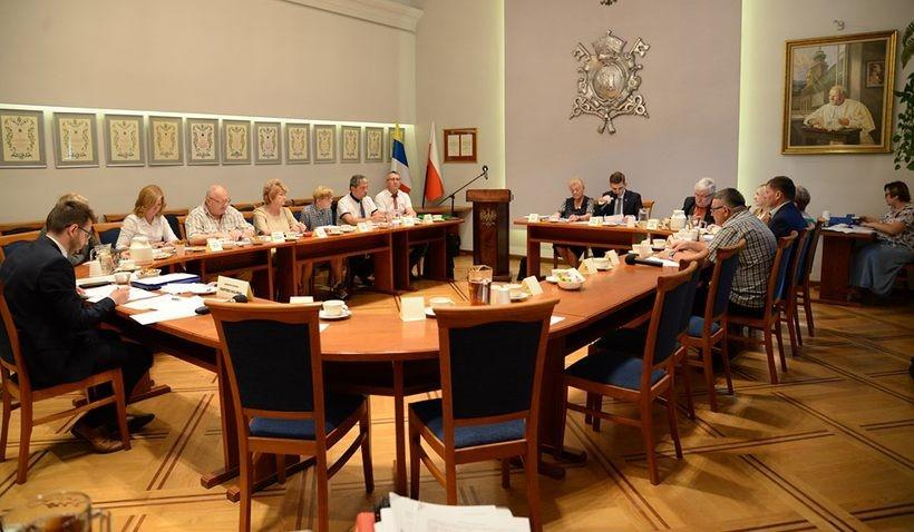 Puste krzesła w Radzie Wadowic