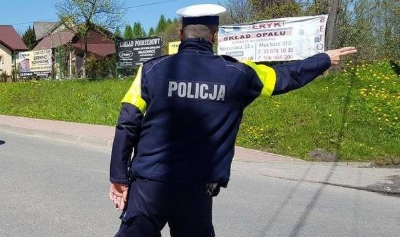 """Pędził """"setką"""" przez wieś. Policjanci nie mieli litości"""