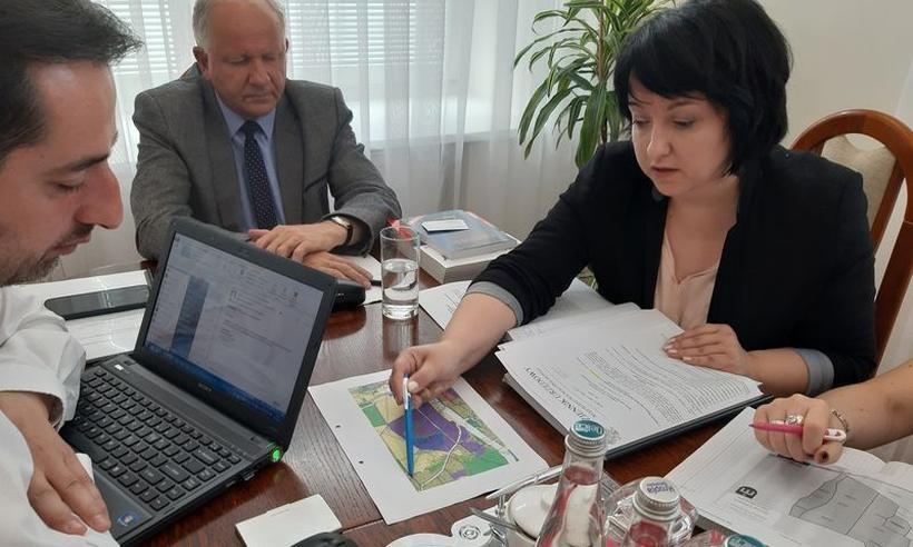 W gabinecie burmistrza powstają plany budowy farmy solarnej
