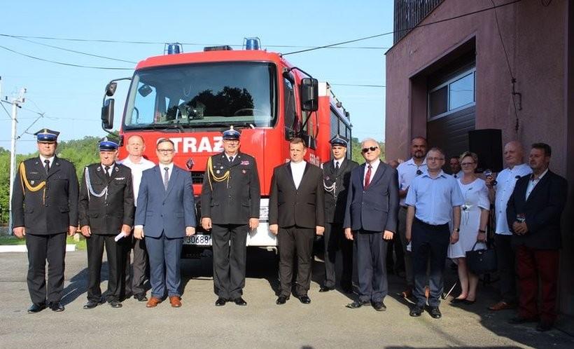 Strażacy z Krakowa przekazali kolegom z Zebrzydowic swój wóz. Wszyscy zadowoleni!
