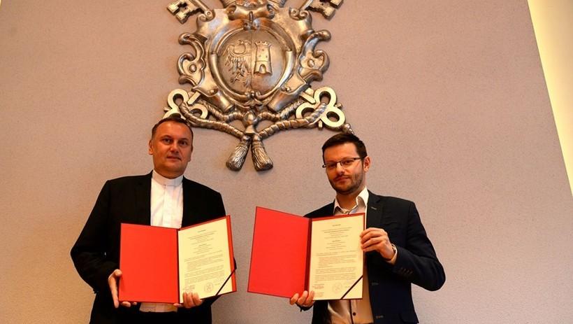 Burmistrz Wadowic Bartosz Kaliński i rektor UP ks. Prof. Wojciech Zyzak podpisali list intencyjny