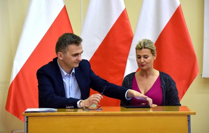Umowę podpisala dyrektor szpitala w Wadowicach Beata Szafraniec