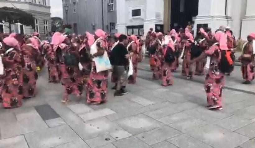 Pielgrzymi z Kongo wesoło tańczą na rynku w Wadowicach
