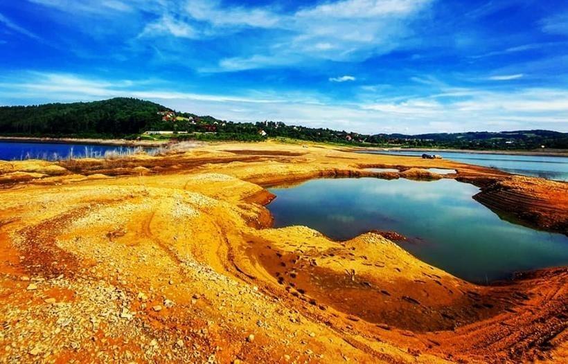 Jezioro Mucharskiew trakcie spuszczania wody ze zbiornika