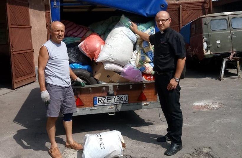 Ksiądz Łukasz Leśniak ( z prawej) po raz kolejny organizuje zbiórkę dla ukraińskich szpitali
