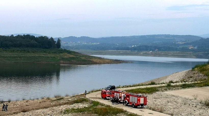 Strażacy prowadzili działania na zbiorniku w Świnnej Porębie