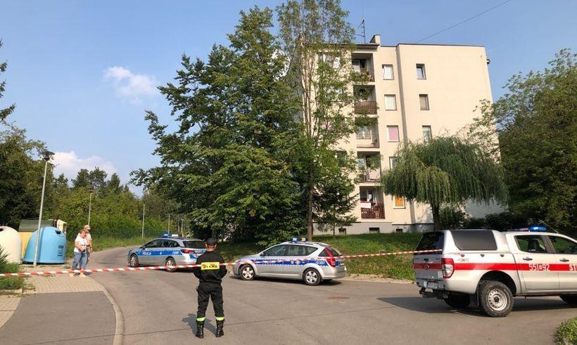 Alarm bombowy w Wadowicach. Ewakuowano 40 osób z bloku na Karmelickiej