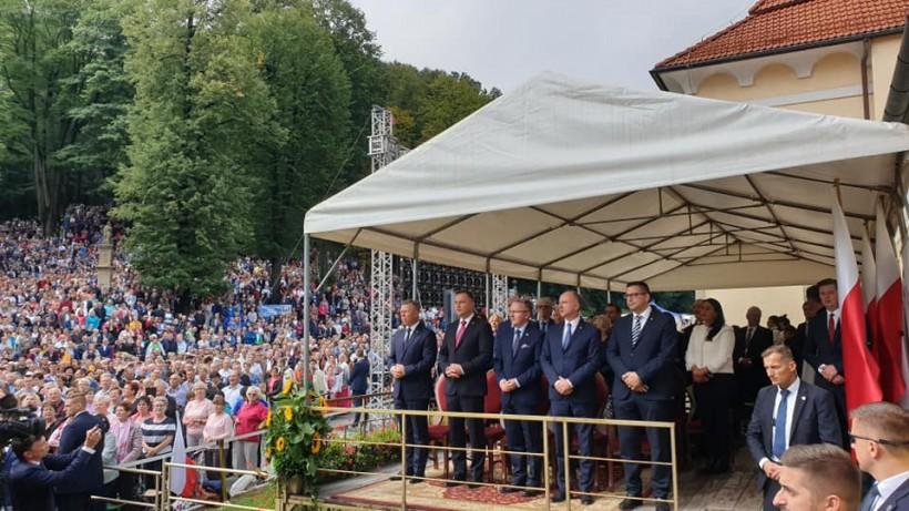 """Prezydent Andrzej Duda na pielgrzymce rodzin w Kalwarii. Sanktuarium: """"Ponad 100 tysięcy wiernych"""""""