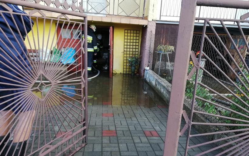 Duże rozlewisko, zalane piwnice i garaże. To wszystko przez awarię rury na osiedlu w Wadowicach