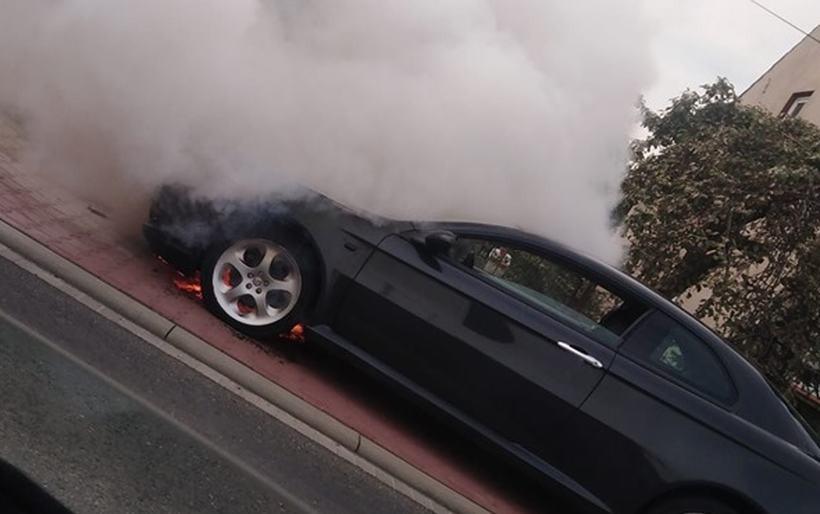 Blokada na drodze krajowej w Wadowicach. Alfa Romeo stanęło w ogniu