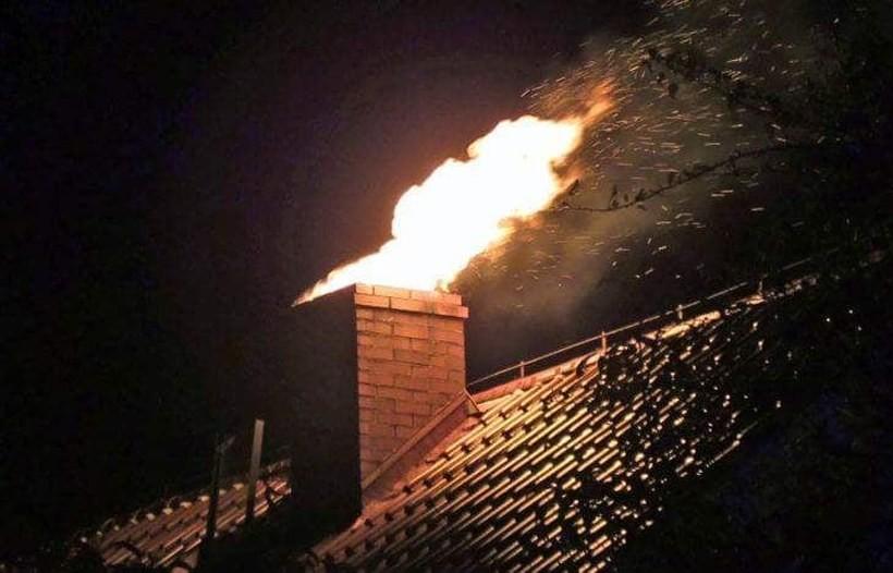 Głośny szum w kominie - to może być pożar sadzy. Strażacy mówią, jak groźny błąd popełniamy!