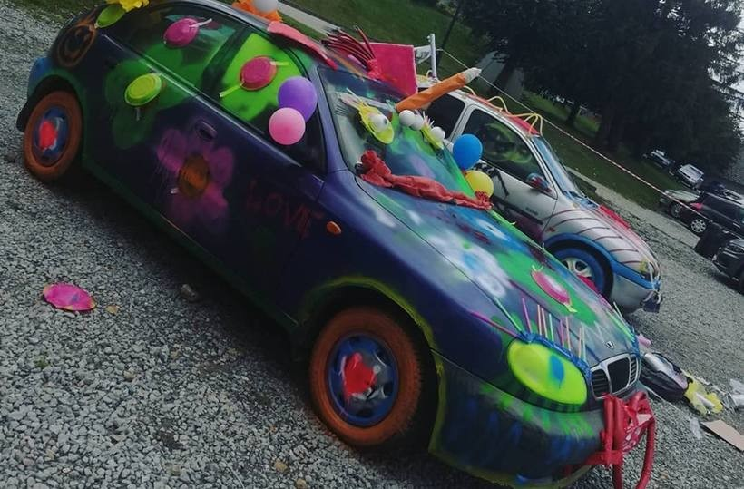Pomalowali auta na hotelowym parkingu. To musiała być niezła impreza!