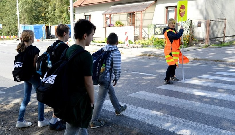 Akcja na ruchliwej drodze w Kleczy Dolnej. Pomogą dzieciom przejść do szkoły