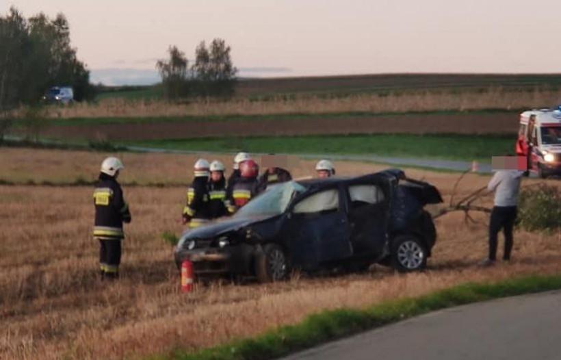 Poważna kolizja w Wieprzu. Auto wypadło z drogi i uderzyło w drzewo