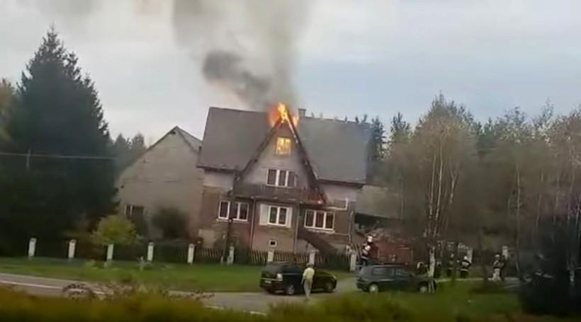 Groźny pożar w Nowych Dworach. Ogień na poddaszu