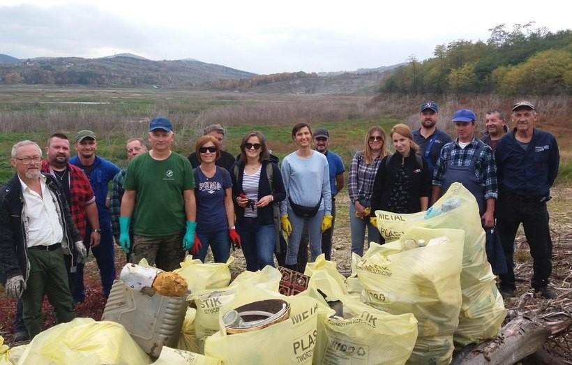 Setki worków wypełnionych śmieciami. Sprzątanie Jeziora Mucharskiego to syzyfowe prace?