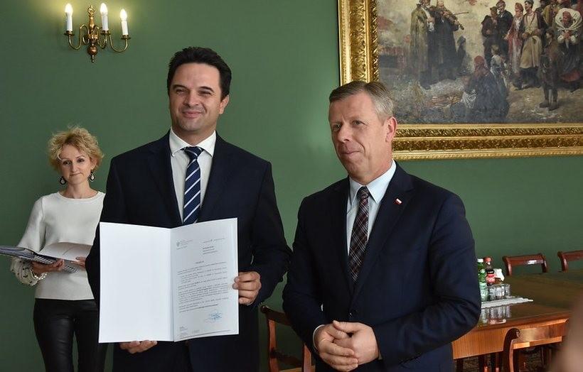 Promesę z rąk wojewody małopolskiego Piotra Ćwika odebrał wójt Stryszowa Szymon Duman