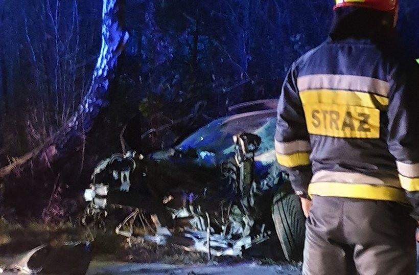 Poważny wypadek w Stanisławiu Górnym. Auto roztrzaskało się na drzewie