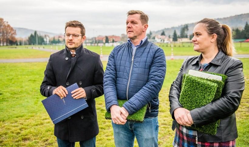"""Wadowice budują boisko ze sztuczną trawą dla piłkarzy. """"Postanowiliśmy pójść krok dalej"""""""