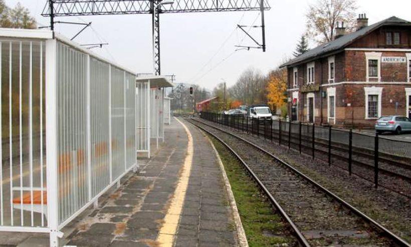 Kolej postawiła nowe wiaty na peronach w Andrychowie