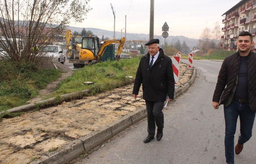 Obecnie na odcinku od ulicy Mickiewicza do Palcu Targowego, trwają prace związane z przebudową chodnika