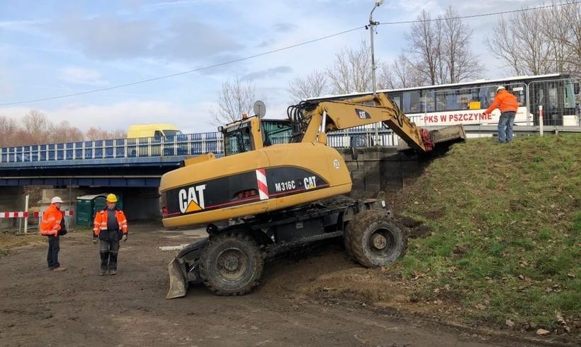 Przy moście na Skawie rozpoczęły się prace ziemne w związku z budową pobliskiego ronda