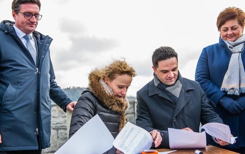 Wójt Szymon Duman podpisał umowę na dzierżawę brzegu Jeziora Mucharskiego