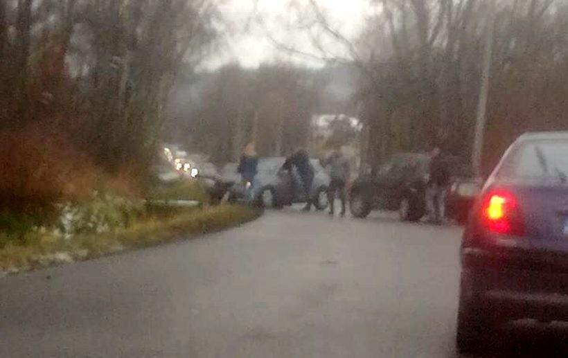 W Wysokiej do rowu wpadło kilka aut