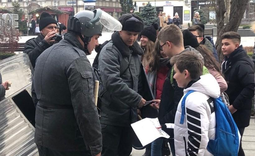 W rocznicę stanu wojennego ZOMO na ulicach Wadowic. O co chodzi?