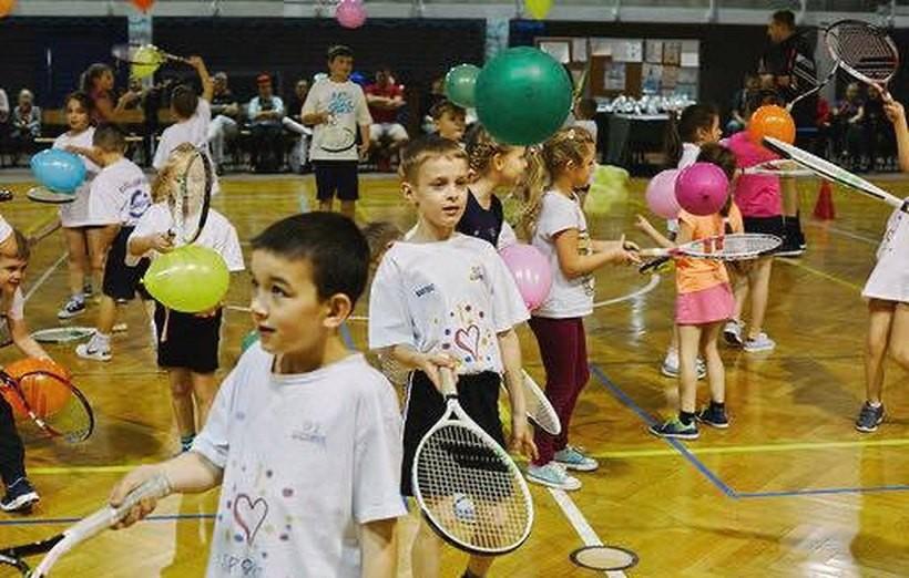 """Dziesiątki dzieciaków w ruchu. Mali tenisiści z """"dwójki"""" podsumowali rok"""
