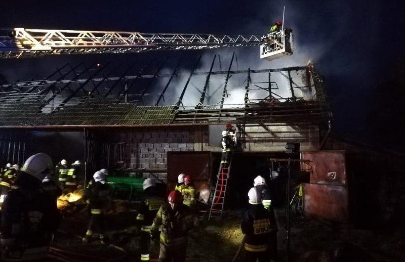 Poważny pożar w Kleczy. W ogniu stanęła stodola ze zwierzętami i garażem