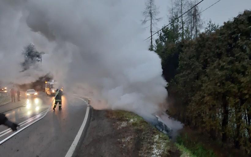 Auto wypadło z drogi i stanęło w płomieniach, jak to się stało? Synoptycy ostrzegają...