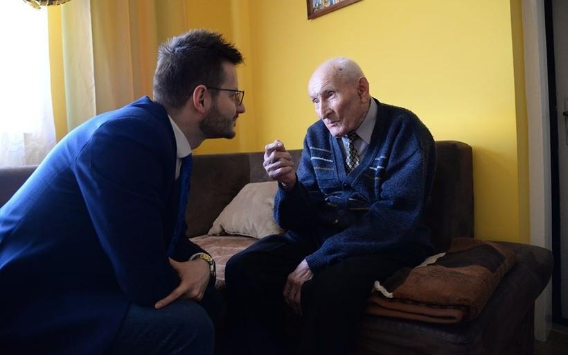 Wizytę jubilatowi złożył  burmistrz Bartosz Kaliński