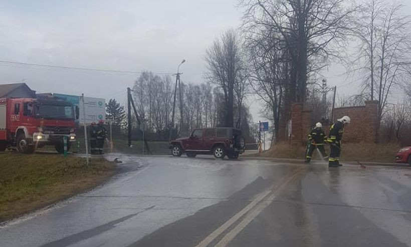 Strażacy musieli umyć jezdnię