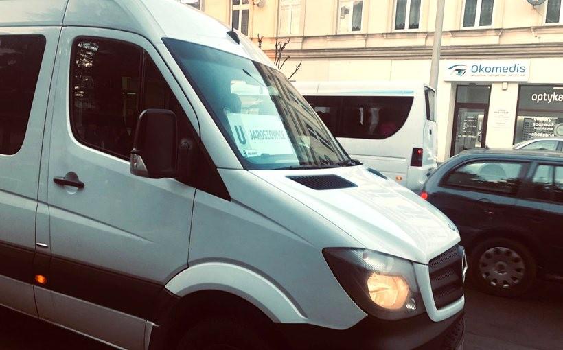 """Busy dotowane przez miasto jeżdżą z tablicami z literą """"U"""""""