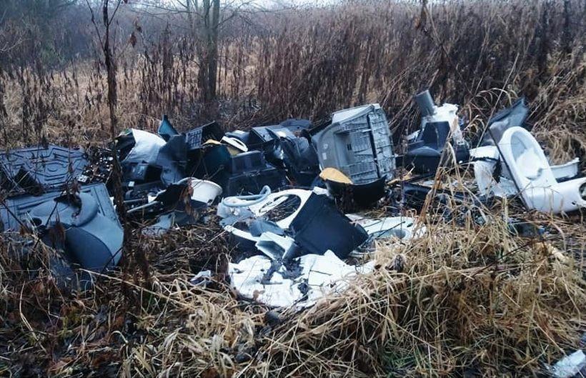 Odpady zalegające na brzegach Skawy w Witanowicach