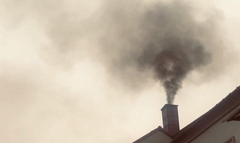 """Smog przeraża mieszkańców. """"Tragiczny smród palonych śmieci"""""""
