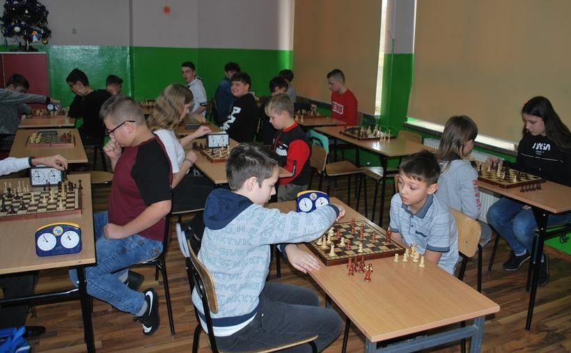 Kilkudziesięciu uczniów zagrało w szachy
