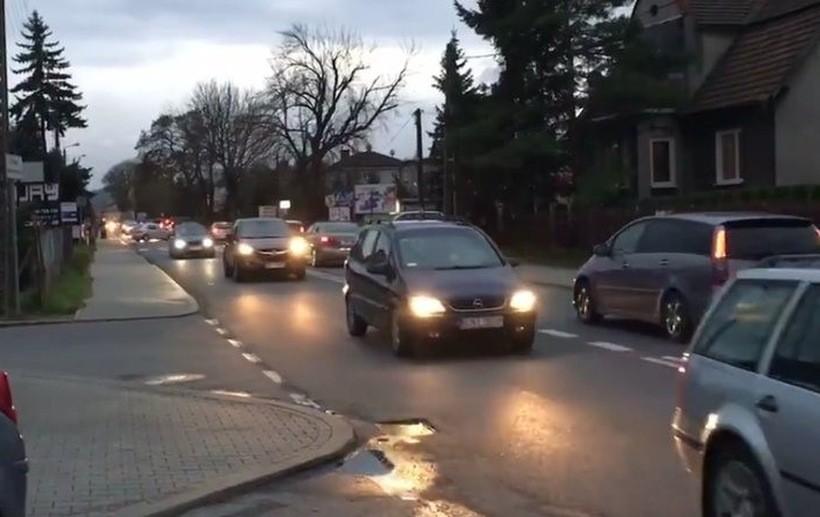 Policja ostrzega kierowców. W poniedziałek spodziewajcie się korków na trasie do Oświęcimia