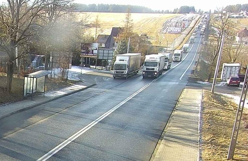 Na drodze w Chyżnem korki z aut ciężarowych