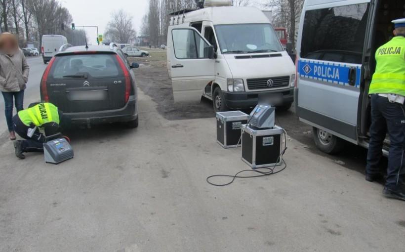 """Duża akcja policji w Małopolsce. Sprawdzali """"smog"""" w spalinach samochodów"""