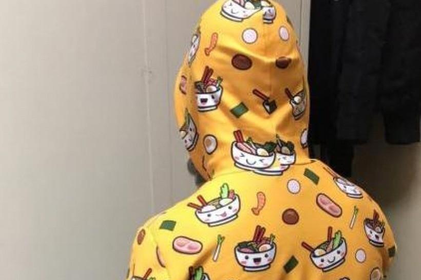 Ubrany był w żółtą pidżamę, a do palenia suszu używał poroża renifera