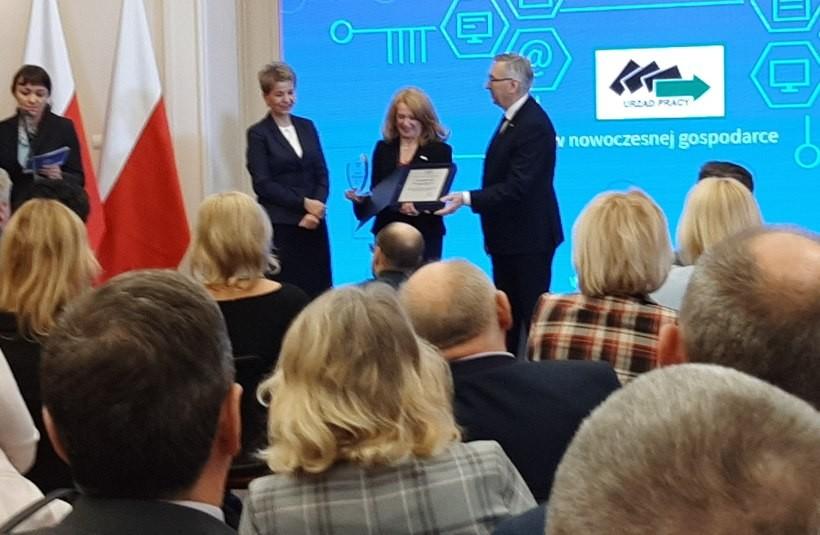 Nagrody oraz gratulacje odebrała dyrektor Powiatowego Urzędu Pracy w Wadowicach Małgorzata Chowaniec