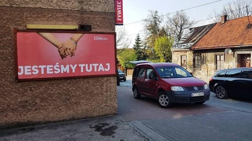 Kara grzywny dla sprawcy, który zniszczył reklamę uliczną LGBT w Kalwarii Zebrzydowskiej