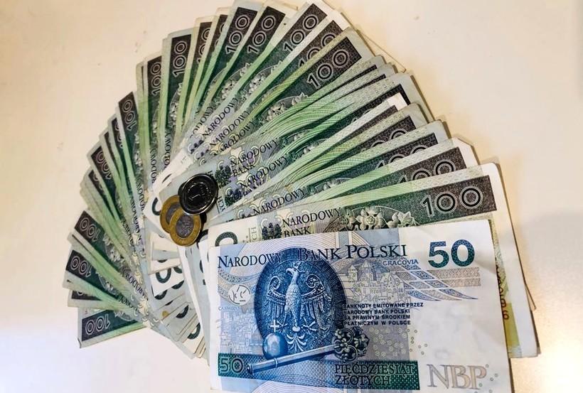 """GUS wyliczył średnią pensję Polaka. Tak naprawdę to... 3555 zł """"na rękę"""""""
